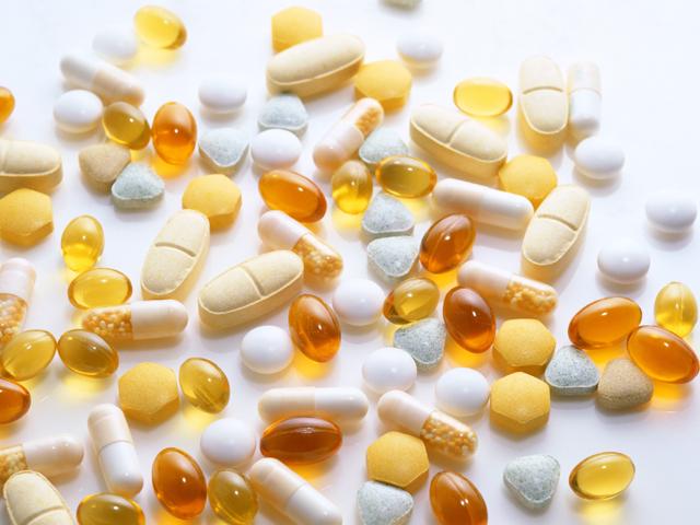 散らばった錠剤やカプセル剤